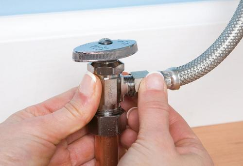Замена гибкой подводки для воды в Одинцово